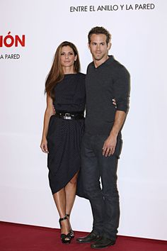 Sandra Bullock Photos - Actress Sandra Bullock and Ryan Reynolds attend the photocall for their last movie 'The Proposal' in Madrid. - 'The Proposal' Photocall In Madrid Sandra Bullock Boyfriend, Sandro, Sandra Bullock The Proposal, Lana Del Rey Outfits, Glamour, Black And White Tops, Ryan Reynolds, Sexy Older Women, American Actress