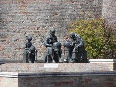 La fontana delle Merlettaie, by sculptor Aldo Sergiacomi, 1983. Offida, Italy