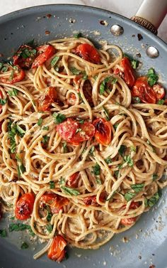 Black Pepper & Parmesan Spaghetti with Garlic Roasted Tomatoes - Food Recipe Best Pasta Dishes, Food Dishes, Vegetarian Recipes, Cooking Recipes, Healthy Recipes, Simple Pasta Recipes, Roasted Cherry Tomatoes, Pasta With Cherry Tomatoes, Roasted Tomato Pasta
