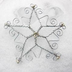 Sněhová+vločka+Vánoce.+Z+oblohy+se+sype+bílý+sníh,+klidně+padá+vločka+za+vločkou+a+venku+je+ticho,+pokoj,+nikde+živáčka.+A+při+pohledu+na+tu+jiskřivou+krásu+se+do+srdcí+vkládá+nostalgie.+A+protože+příroda+ne+vždy+přeje,+udrátovala+jem+sněhovou+vločku,+aby+mi+tu+zimu+alespoň+trochu+připomínala.+Sněhová+vločka+je+udrátovaná+z+drátu+stříbrné+barvy,+ozdobená...