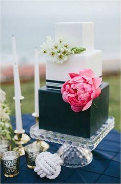 Pastel de bodas en color blanco con negro y flores de color rosa