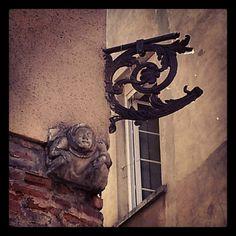 Sculpture en réemploi, angle des rues Joutx Aigues & Filatiers