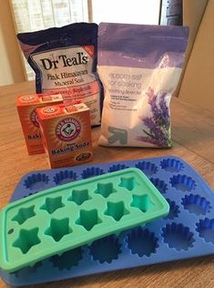 Diy bath products - These shower melts are fun and super easy to make (also known as Shower Bombs or Shower Steamers) These are great for 'shower people' (like me) or for those who don't have a tub to enjoy a hot bath Diy Spa, Belleza Diy, Diy Cadeau, Shower Steamers, Bath Bomb Recipes, Soap Recipes, Diy Shower, Shower Tabs, Shower Scrub