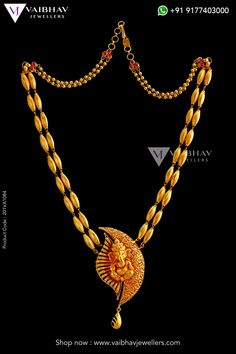 An elegant crescent and radial gold flower form a comfortable cushion for Lord Ganesha in this twin rice bran gold chain. Art, style, and religion rolled in one. Check out the temple jewellery necklace designs by Vaibhav Jewellers here. Gold Temple Jewellery, Silver Jewellery Indian, Jewelry Design Earrings, Necklace Designs, Gold Chain Design, Gold Mangalsutra Designs, Antique Jewellery Designs, Gold Jewelry Simple, Maharashtrian Jewellery