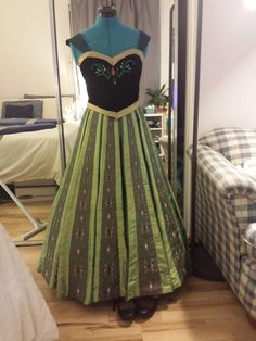 ANNA CORONATION GOWN. I CAN'T EVEN BEGIN TO EXPLAIN HOW MUCH I NEEDS THIS!!!!!!!