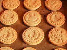 Keksz recept sütipecséthez(Ebből a mennyiségből nekem 20 db szép nagy kekszem lett.)A sütipecsétes keksz hozzávalói:12,5 dkg vaj34 dkg liszt1 tojás18 dkg porcukorcsipet só1 evőkanál vanília aroma1