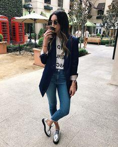 silberne-Schuhe-jeans-mittellanger-blazer-weißes-T-shirt-mit-print-sportlich-elegante-outfits-Damen Casual Fall Outfits, Spring Outfits, Winter Outfits, Trendy Outfits, Dress Casual, Ladies Outfits, Hijab Casual, Teenage Outfits, Lazy Outfits
