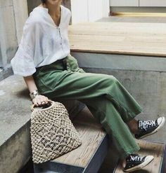 Green pants are seriously chic fashion staples that must be incorporated into your wardrobe capsule this season. Get inspired with these green pants outfits! Fashion Mode, Fashion 2018, Star Fashion, Look Fashion, New Fashion, Trendy Fashion, Trendy Style, Fall Fashion, Simple Style