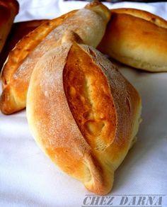 Encore une recette de pain qui nous vient du Portugal, des petits petits Pains avec une mie blanche, fondante et presque briochée, grâce à la présence de lait, de beurre et de flocons de Pomme de terre dans ce pain. Vous avec bien lu, il s agit bien de...