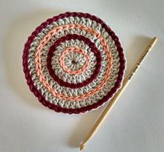 QUÉ HACER CON TUS RESTOS DE ALGODÓN: POSAVASOS COLORIDOS   The Blog - ES Crochet Hooks, Knit Crochet, Forma Circular, Magic Circle, Mug Rugs, Hot Pads, Crochet For Beginners, Slip Stitch, Craft Items