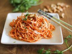 Noodles di carote con salsa di anacardi e arachidi