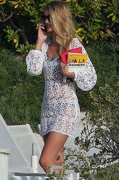 Rosie Huntington-Whiteley looks famosas playa