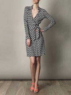 Diane Von Furstenberg New Jeanne dress for women Expertly intertwining the trademark DVF wrap dress with the season'€™s monochrome focus, the Jean . Fashion Mode, Work Fashion, Fashion Beauty, Womens Fashion, Fashion Design, Timeless Fashion, Style Work, Mode Style, Moda Chic