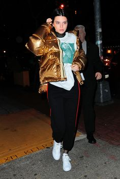 Kendall stepped out in New York wearing her favorite metallic gold puffer coatwith a pair of sweats, a oversized t-shirt, and white sneakers. Kris Jenner, Kendall Jenner 2017, Kylie, Kourtney Kardashian, Robert Kardashian Jr, Tristan Thompson, Teen Choice Awards, Metallic Jacket, Metallic Gold