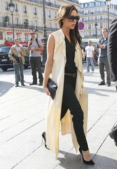 Victoria Beckham in a sleeveless trench. totally need to dyi this coat Vest Outfits, Fashion Outfits, Womens Fashion, Fashion Wear, Celebrity Outfits, Celebrity Style, Sleeveless Trench Coat, Look 2018, Victoria Beckham Style