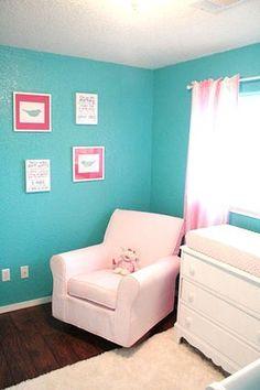 quarto de bebê azul turquesa e rosa