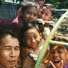 #Swafoto bersama anak-anak kampung jelang shalat Jum'at.
