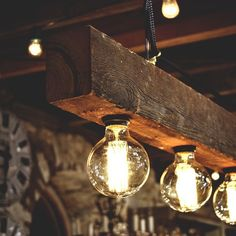 5 Best ideas for DIY Wood Beam Lighting: Rustic old bulbs wood beam. Have a look at these reclaimed wood beams chandelier ideas. Great in a vintage interior or even a kitchen, perfect for a rustic vintage lamp as modern farmhouse lighting.