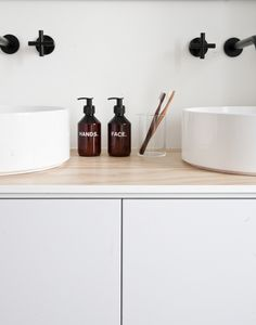 Binnenkijken bij Fleur en Nick in Nijmegen | Minimal Modern Bathroom | Bath Essentials | Contemporary Design | Add an organic bamboo toothbrush | nakedtoothbrush.com | #inspiration #nakedbath