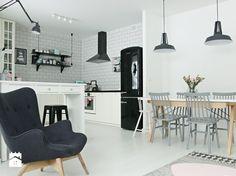 czarna lodówka w skandynawskiej kuchni