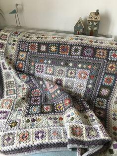 Crochet Motifs, Crochet Quilt, Granny Square Crochet Pattern, Afghan Crochet Patterns, Crochet Squares, Crochet Home, Crochet Crafts, Crochet Stitches, Crochet Projects