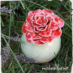 Eine Rose für den Wochenstart  Ist nicht unser Lieblings-Tag oder  Dem zum Trotz wünsche ich Euch viel Power für die neue Woche #immerwieder #montag #monday #weitereswerkvom #töpferkurs #kugel #rose #töpfern #wheelthrowing #modellieren #pottery #töpfernmachtglücklich  #blume #flower #ceramics #ceramicflowers #roses #handmade #handwerk #handarbeit #handwork #kunst #selfmade #wochenendeistvorbei #wochenstart #gutenmorgen #gutentag #goodday #goodmorning #rainyday