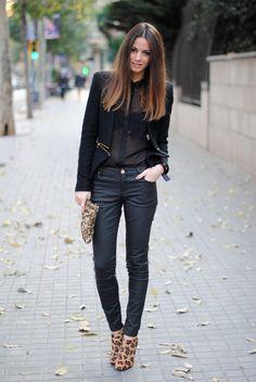 Acheter la tenue sur Lookastic:  https://lookastic.fr/mode-femme/tenues/veste-chemisier-boutonne-pantalon-slim-bottines-pochette/1234  — Veste bouclé noire  — Chemisier boutonné en soie noir  — Pantalon slim en cuir noir  — Pochette pailletée brune claire  — Bottines imprimées léopard brunes claires