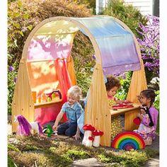 Grenenhouten Playstand.  Deze playstand is gemaakt van onbehandeld grenenhout.  Met een playstand kunt u een leuk speelhuisjecreëren voor uw kindje. Hierin zijn de mogelijkheden onbegrensd. Denk hier bij aan een poppen of keukenhoek, een winkeltje of gewoon een veilig plekje waar je je helemaal terug kunt trekken in jouw veilige wereldje. Het wordt gebruikt als enkele staander met