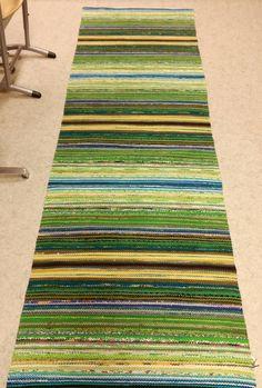 Kiikkalan matto 2.5m Kuusi jaksoa, joissa jokaisessa on 70 pätkää. Vaihtumiskohdassa pari heittoa mustalla. Matto painaa 3.5 kg. Loom Weaving, Tapestry Weaving, Hand Weaving, Peg Loom, Weaving Projects, Weaving Techniques, Rug Hooking, Loom Knitting, Woven Rug