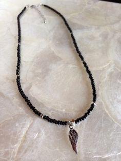 ブラック&シルバーのビーズで作ったネックレスに、小さめのフェザーのTOP(Sv.925)を付けました。シンプルなデザインのネックレスなので、どんなファッション...|ハンドメイド、手作り、手仕事品の通販・販売・購入ならCreema。