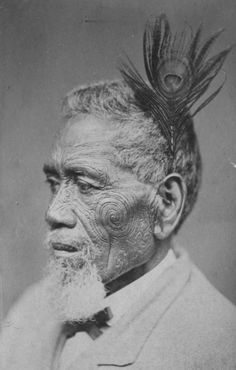 Tā moko <> Chef Maori - Maori chief with tattoed face wearing peacock feather; between 1860 and 1879 Maori Face Tattoo, Ta Moko Tattoo, Maori Tattoos, Once Were Warriors, Auckland Art Gallery, Polynesian People, Maori People, Maori Designs, Anthropologie