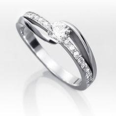 Anillo solitario de diamantes MIREIA Sortija de oro blanco 18 kts. tipo solitario montada con un diamante central talla brillante calidad G-VS en engaste de tensión, con línea de diamantes talla brillante en grano.
