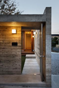 玄関アプローチ(撮影:中村絵)(中庭のある家~光と風の通るガレージハウス~) - 玄関事例|SUVACO(スバコ)