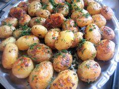 Cea mai buna reteta de cartofi noi cu smantana, marar si usturoi la cuptor