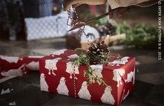 Ajoutez une touche personnelle et naturelle. Rouleau de papier cadeau VINTER #IKEABE #cadeaux #decoration #noël #fête
