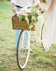 Must have свадебной фотосессии 2015: прогулка на велосипеде - The-wedding.ru