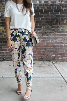 Glitter and Gingham : a simple set of florals Loose Pants Outfit Summer, Flowy Pants Outfit, Comfy Outfit, Joggers Outfit, Cute Teacher Outfits, Cute Work Outfits, Teaching Outfits, Teacher Clothes, Patterned Pants Outfit