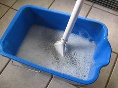 Para limpiar el suelo de la cocina, baño... ¼ de taza de vinagre blanco 1 cucharada jabón líquido ¼ de taza de bicarbonato de sodio 2 litros agua muy caliente. Una vez al mes. Funciona muy bien.