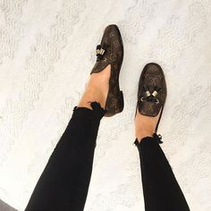 Instagram media by trendingdesigner - Elegant  #LOUISVUITTON Lv Loafers, Loafers Outfit, Loafer Flats, Louis Vuitton Loafers, Cute Shoes, Me Too Shoes, Loafers For Women, Luxury Bags, Boat Shoes