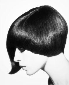 Danae Brook wearing an asymmetrical haircut by Vidal Sassoon, 1964 Cut to perfection! Pelo Retro, Estilo Retro, Image Fashion, Corte Y Color, Fresh Hair, Celebrity Hair Stylist, Retro Hairstyles, Classic Hairstyles, New Haircuts