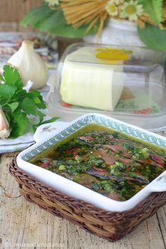 Le acciughe sotto pesto sono una preparazione tipica della cucina toscana, più precisamente della zona del Senese; scopri la ricetta per prepararle!