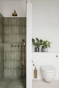 Home Decor Apartment Gorgeous bathroom with separate shower featuring green tiles.Home Decor Apartment Gorgeous bathroom with separate shower featuring green tiles Bathroom Inspo, Bathroom Inspiration, Bathroom Ideas, Interior Inspiration, Bathroom Organization, Earthy Bathroom, Nature Bathroom, Eclectic Bathroom, Budget Bathroom