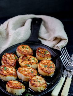 Seared Sea Scallops with Capers and Brown Butter Recipe cooked on a grill. Scallops are a protein that's easy to overcook, but I have a secret to ensure they are perfectly cooked every time. Great for surf & turf dinners. Grilled Sea Scallops, Baked Scallops, Cooking Scallops, Scallops On The Grill, Seafood Dishes, Seafood Recipes, Appetizer Recipes, Grilling Recipes