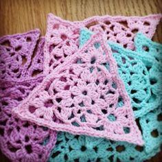 När jag la upp bilder på de trianglar i spets jag gjort var det flera som önskade ett mönster på svenska. Jag tog kontakt med Sandra Paul, som driver bloggen o