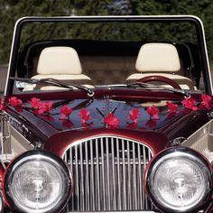 Es muss nicht immer Weiß sein! Diese hübschen Blumengirlanden sind wunderbar dazu geeignet, der Autodeko zur Hochzeit den letzten Schliff zu geben.
