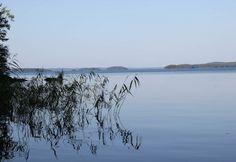 Illan tullen järvimaisema muuttuu siniseksi.