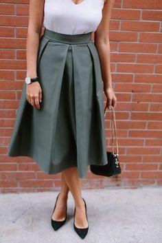 jupe évasée verte, femme moderne, chaussures a talons hauts