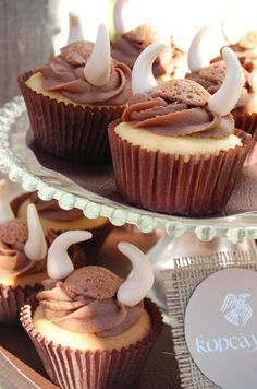 Viking cupcakes- cut the top off like a butterfly cake and use for the helmet! Dragon Birthday Parties, Dragon Party, 30th Birthday, Toothless Party, Viking Birthday, Viking Food, Viking Baby, Medieval Party, How Train Your Dragon