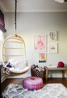 chaise suspendu e bois clair pour la chambre de fille ado