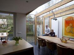 Marjo en Pieter Raijmakers in hun aanbouw. De tien vierkante meter tussen uitbouw en de buren leverden een zee van licht op. foto Kees Martens